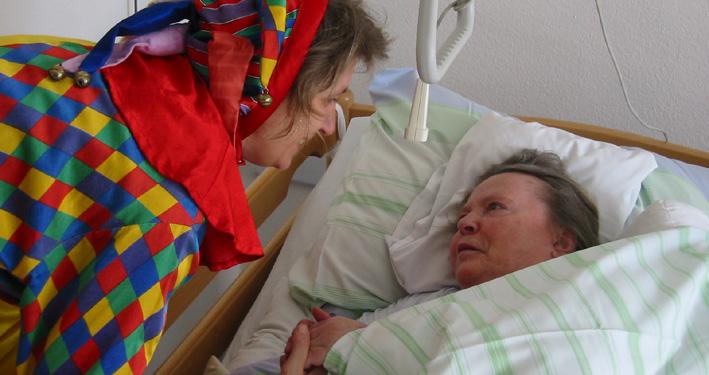 Harlekin erfreut das Herz von Alten und Kranken