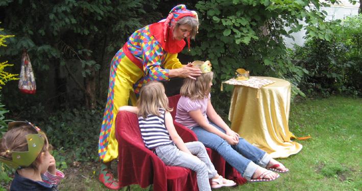 Harlekin und die Kinder wissen, wo das Glück wohnt
